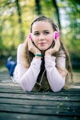 Teenagerin mit Kopfhörer auf einem Steg, Weiden, Bayern, Deutschland