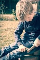 Junge beim Schnitzen, Ergolding, Bayern, Deutschland