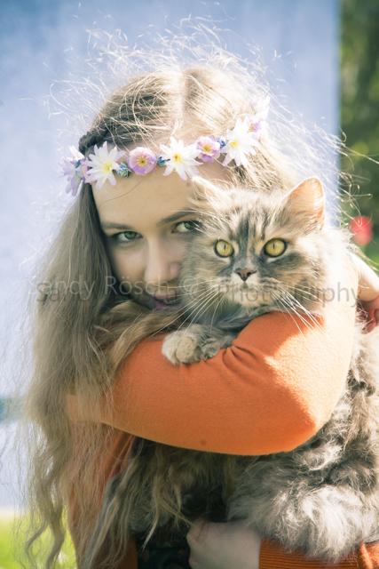 Teenagerin mit Katze, Weiden, Bayern, Deutschland