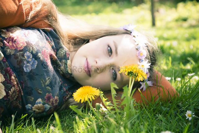 Teenagerin im Gras, Weiden, Bayern, Deutschland