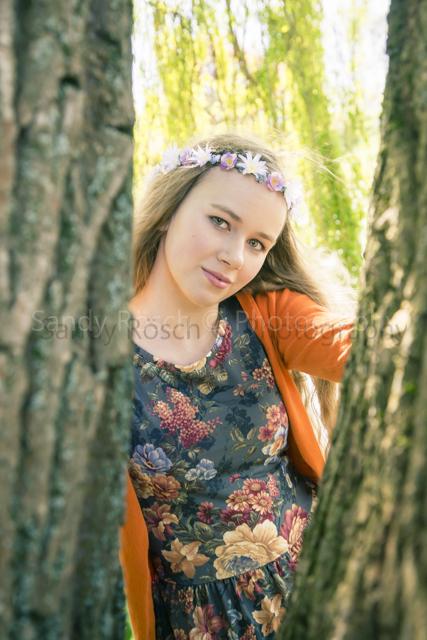 Teenagerin mit Blumenkette unter einer Trauerweide, Weiden, Bayern, Deutschland
