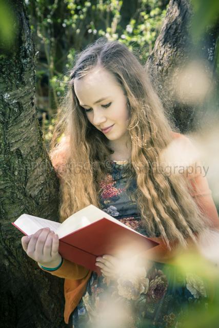 lesende Teenagerin, Weiden, Bayern, Deutschland